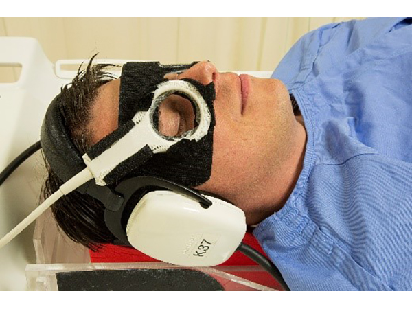 Positioning of ds Micro 47 coil.<p>Note: Goggles illustrated are not Philips product.
